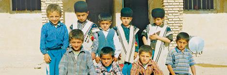 بچهها جلوی ساختمان مدرسه