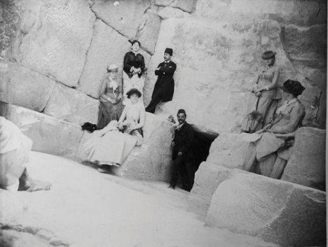 معیرالممالک به همراه تنی چند از بانوان اروپایی در کنار در ورودی هرم بزرگ خوفو  مردی که در درگاه ایستاده است رئيس گمركخانهي بندري دولت ایران در مصر است.