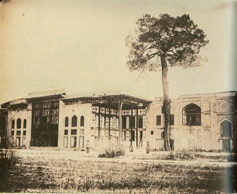عمارت هفتدست یا کاخ ییلاقی شاه: نزدیک به رودخانه و بالاتر از پل خواجو قرار داشت. این عمارت در عصر صفوی محبس خانگی و محل انزوای کسانی بود که از چشم شاه افتاده بودند. این کاخ در سال 1279 شمسی به دلیل آسیبهای فراوان و عدم توجه اولیای دولت تخریب شد.